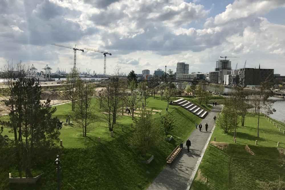 Vom Himmelsberg im Baakenpark hast du diesen Ausblick über den Hamburger Spielplatz und den Park