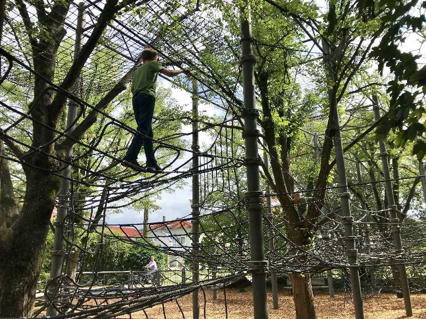 Top am Spielplatz Kronach: Das riesige Klettergerüst mit mehreren Ebenen