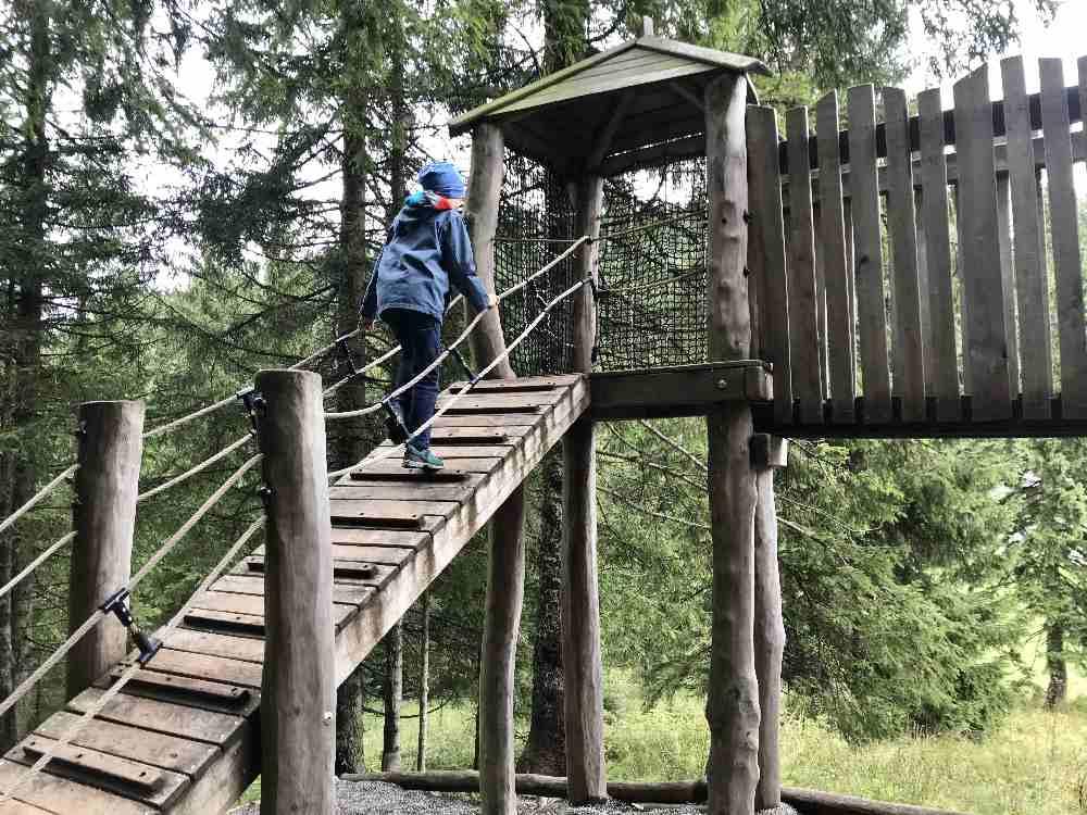 Über die Leiter hinauf auf den Spielturm am Kolbensattel