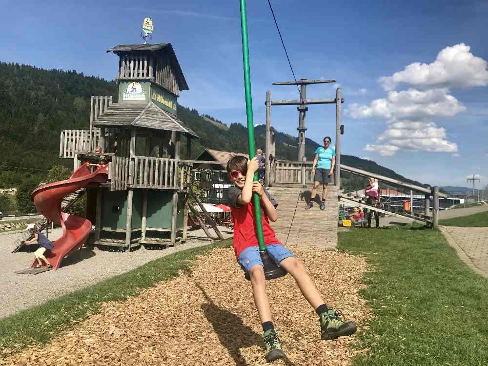 Schön angelegt und viel zu spielen: Der Spielplatz Oberstaufen bei der Talstation der Hündle Bergbahn. Eine der Oberstaufen Sehenswürdigkeiten mit Kindern.