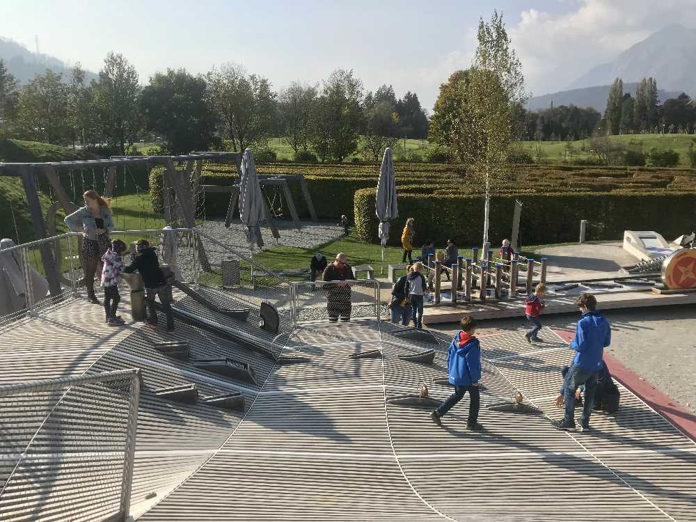 Das ist die Kugelbahn bei den Swarovski Kristallwelten, rundherum der Spielplatz