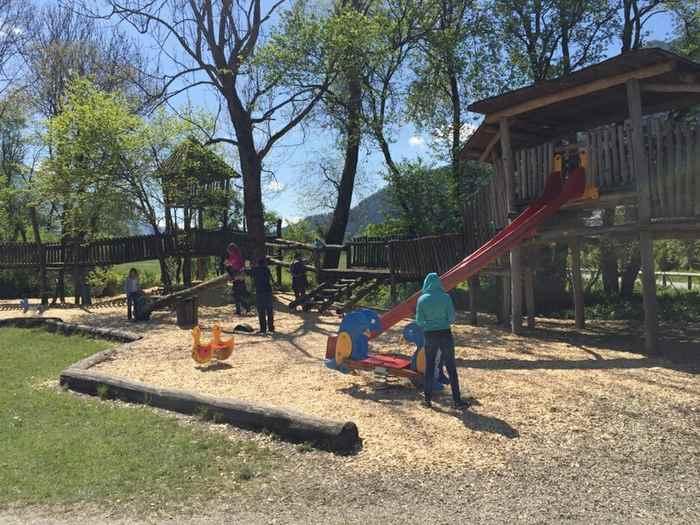 Ein Teil des großen Spielplatz im Zillertal mit Kindern