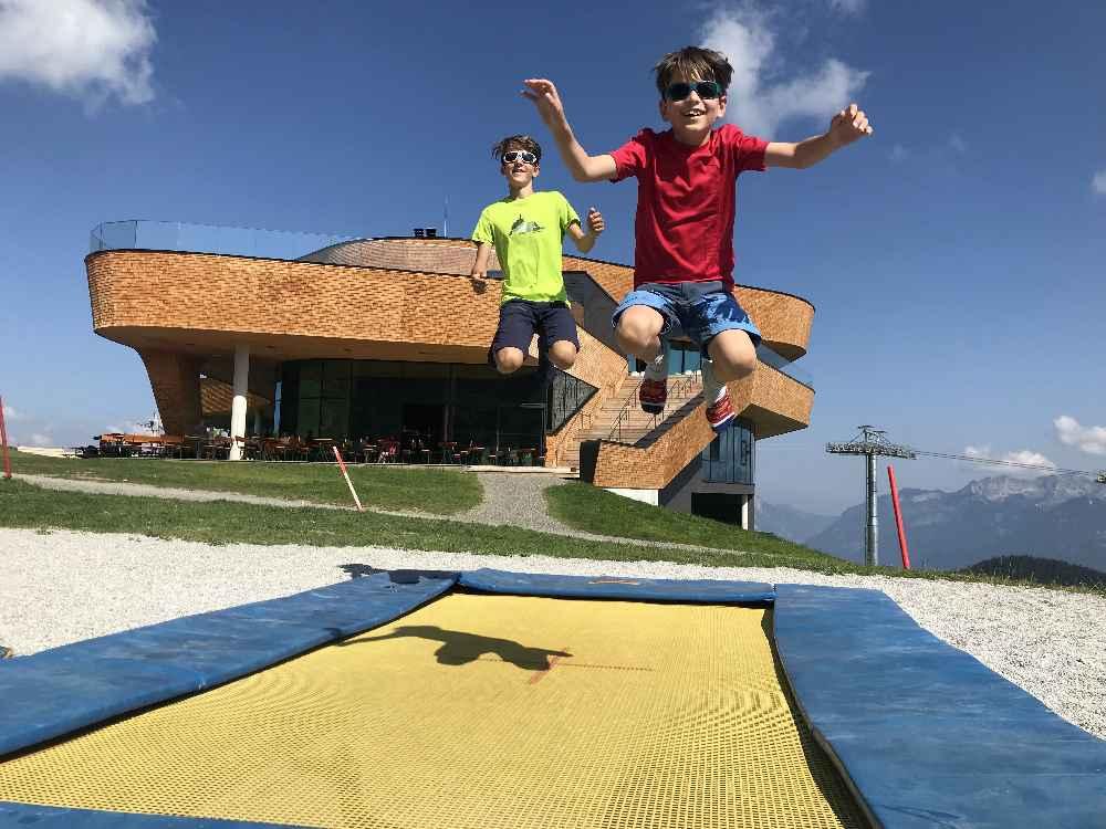 Unsere erste Anlaufstelle: Der Spielplatz am Berg mit den Trampolinen