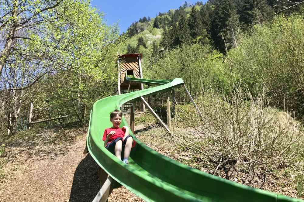 Die lange Rutsche auf dem Aufenfeld Spielplatz im Zillertal