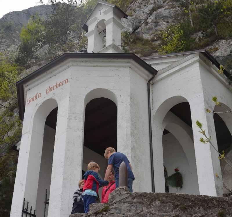 Riva del Garda wandern mit Kindern: Das ist der Ausblick von der Bastion auf Riva und den Gardasee : Die St. Barbara Kapelle weit über dem Gardasee, dicht an den Felsen gebaut.