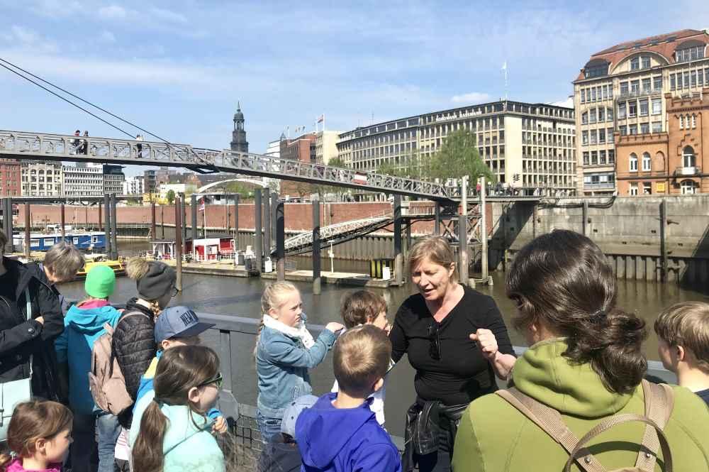 Mit Blick von der Speicherstadt auf die Hamburger Altstadt geht unsere Führung weiter