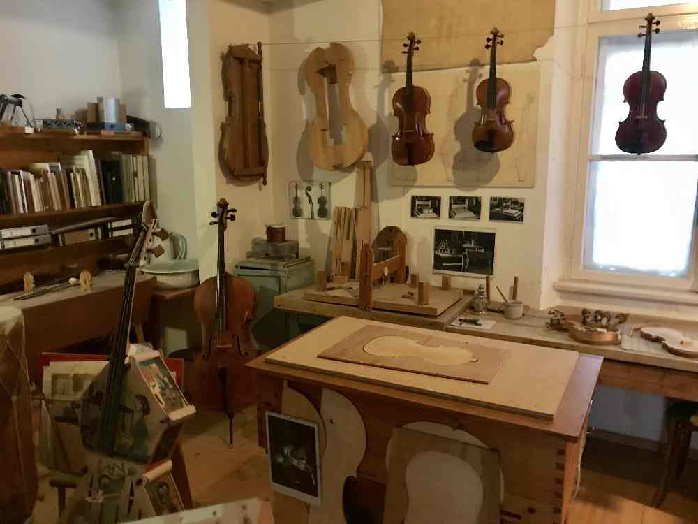 Im Stadtmuseum erfahren wir auch alles über den Bau von Lauten und Geigen.