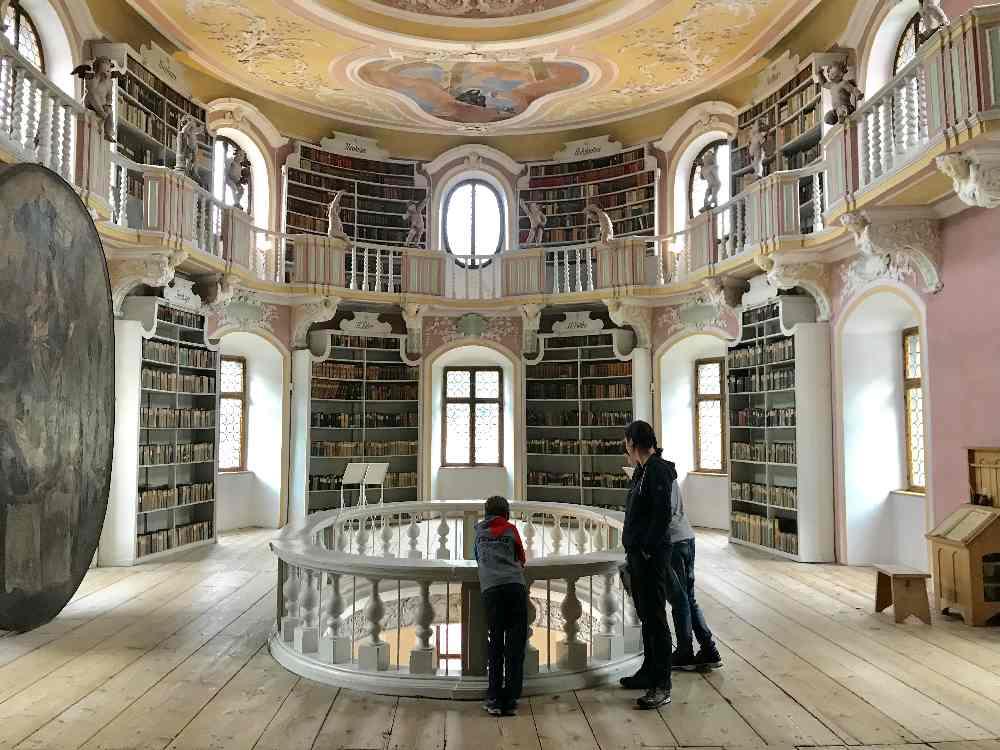 Beeindruckend in Füssen mit Kindern: Die Bibliothek im Kloster St. Mang