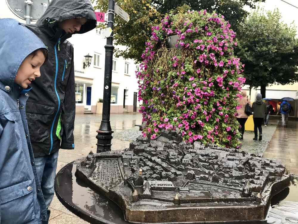 Füssen mit Kindern bei Regen: Das Stadtrelief gefällt unseren Kindern immer