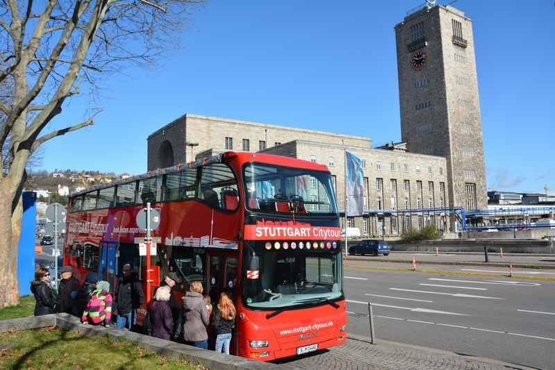Eine Stadtrundfahrt Stuttgart mit Kindern im roten Doppeldecker