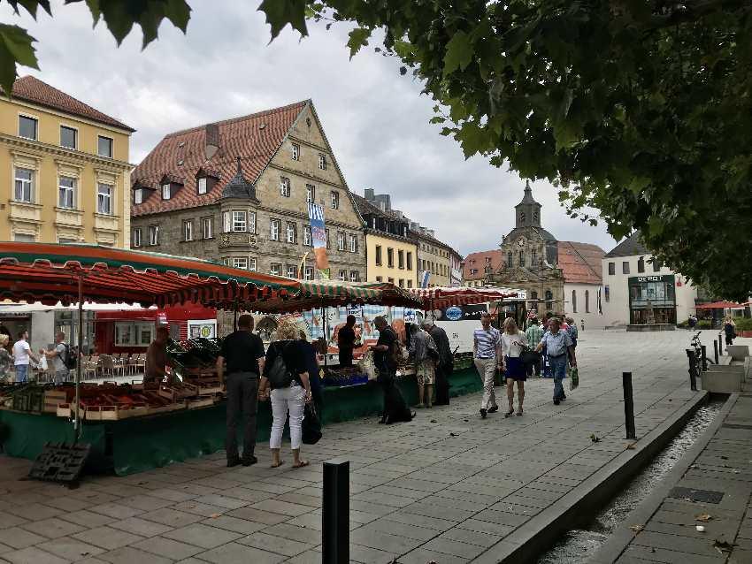 Los zum Stadtrundgang Bayreuth mit Kindern - mit dem Wochenmarkt in der Maximilianstrasse