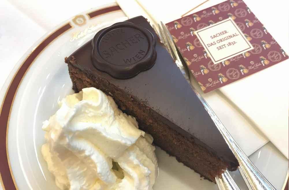 Das teuerste Stück Kuchen in Wien: Die Sacher Torte. Aber gut war sie wirklich!