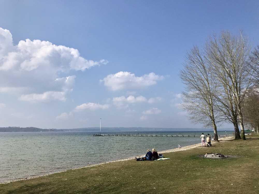 So schön wandern wir die 2 Kilometer am Starnberger See entlang