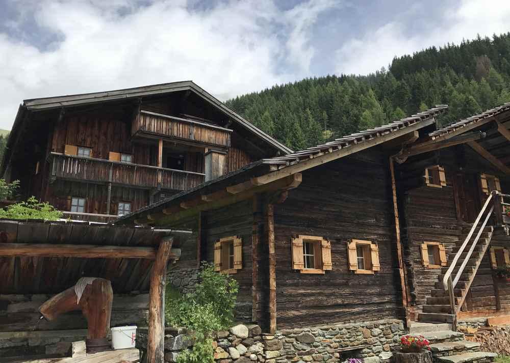 Und dann sind wir da: Bei den schönen Holzhütten im Tauerntal gleich hinter dem Tunnelende