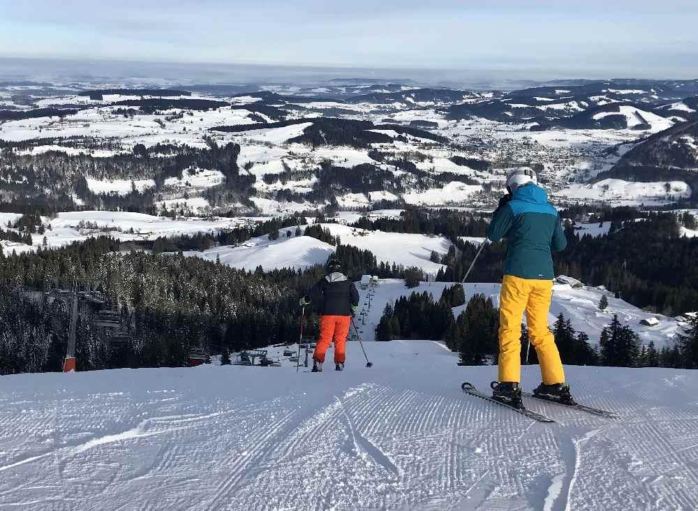 Steibis Skigebiet mit Aussicht über das Allgäu