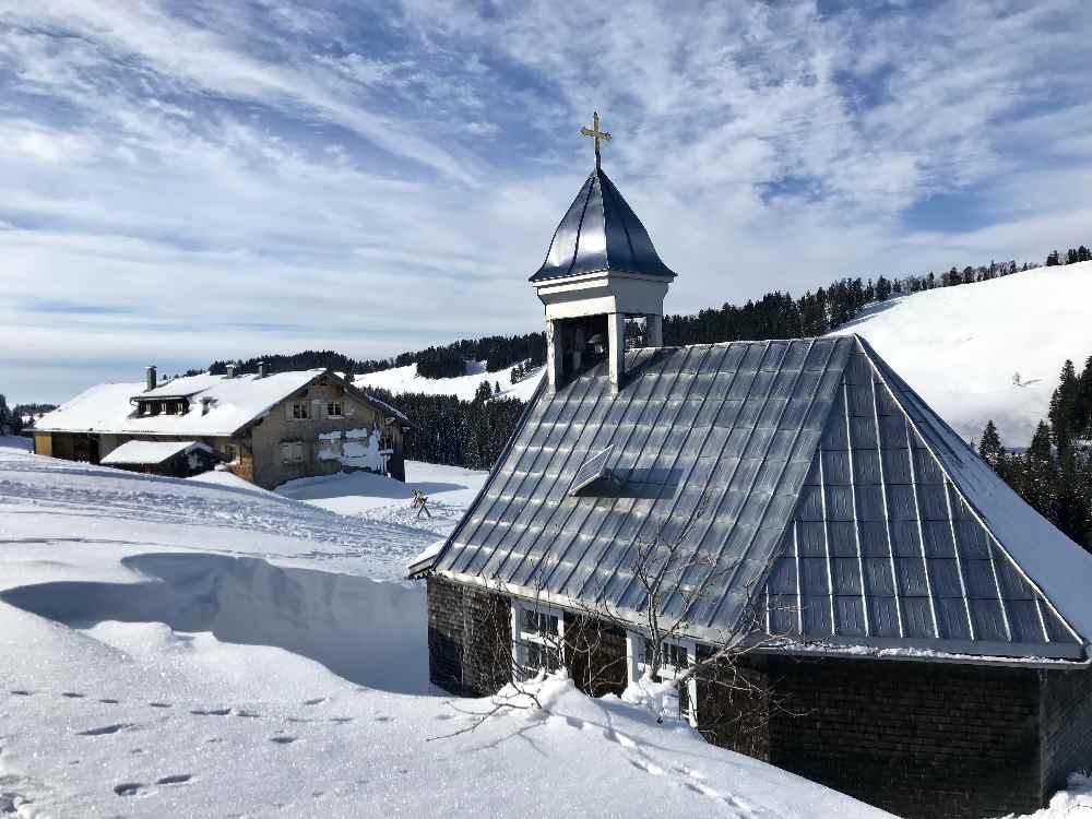Winterwandern Oberstaufen: Toll war es bei der Hochwies Kapelle direkt am Winterwanderweg in Steibis