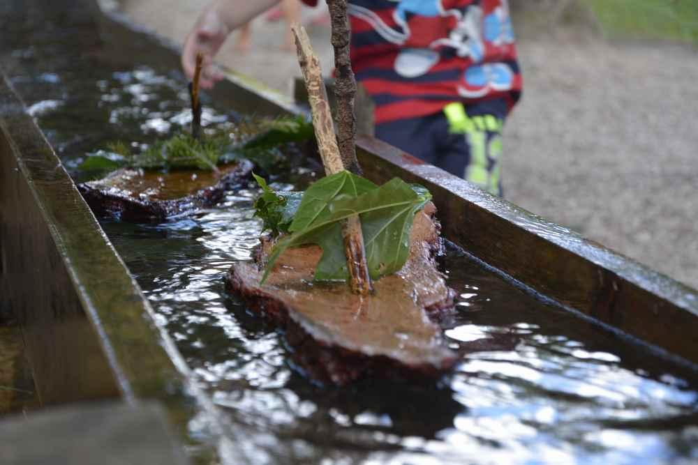 Mit der Baumrinde basteln Kinder auf der Bürgeralpe kleine Boote