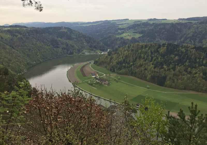 Oben der Blick am Steiner Felsen auf die Donau