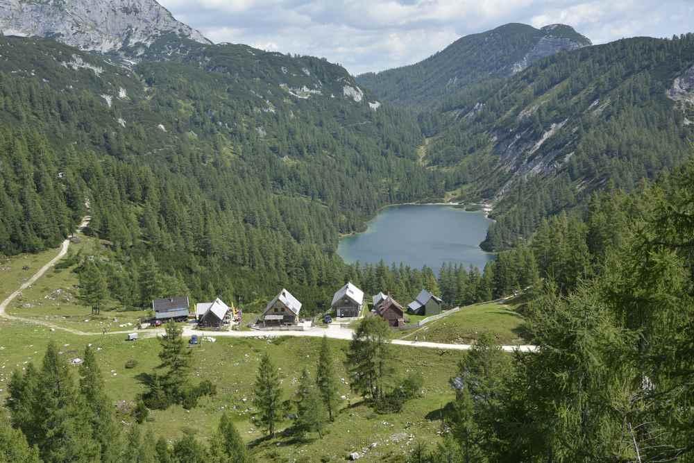 Und das ist der Panoramablick vom Steirerbankerl hinunter auf die Steierhütten und den Steirersee