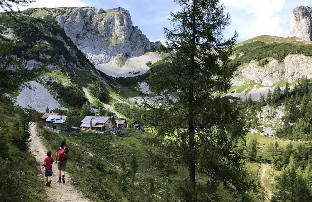 Auf dem Rückweg wandern wir im Salzkammergut wieder an den Steirerhütten vorbei