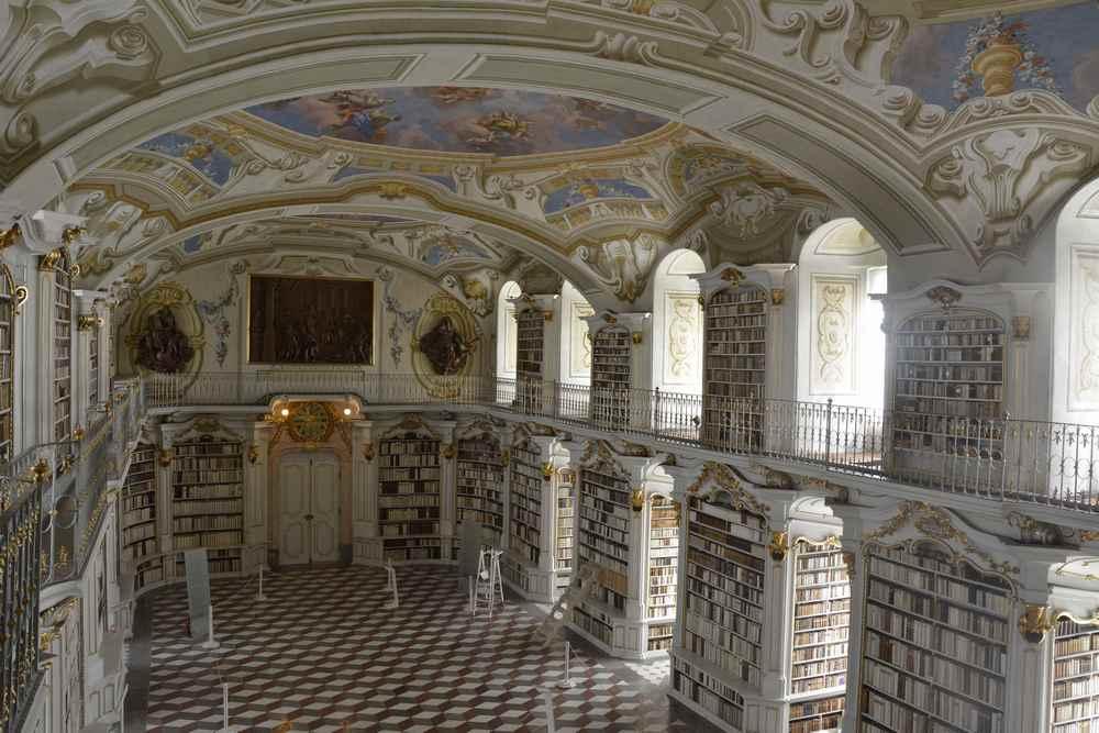 Blick von oben in den großen Saal der Stift Admont Bibliothek