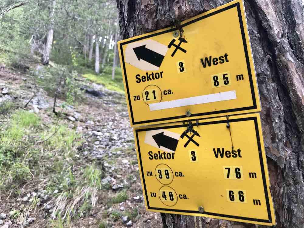 Dieses Schild gibt uns die grobe Richtung vor, dann suchen wir den Stollen fernab vom Hauptweg