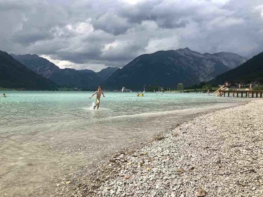 Die Kinder können im seichten Wasser am Ufer baden und im Wasser spielen