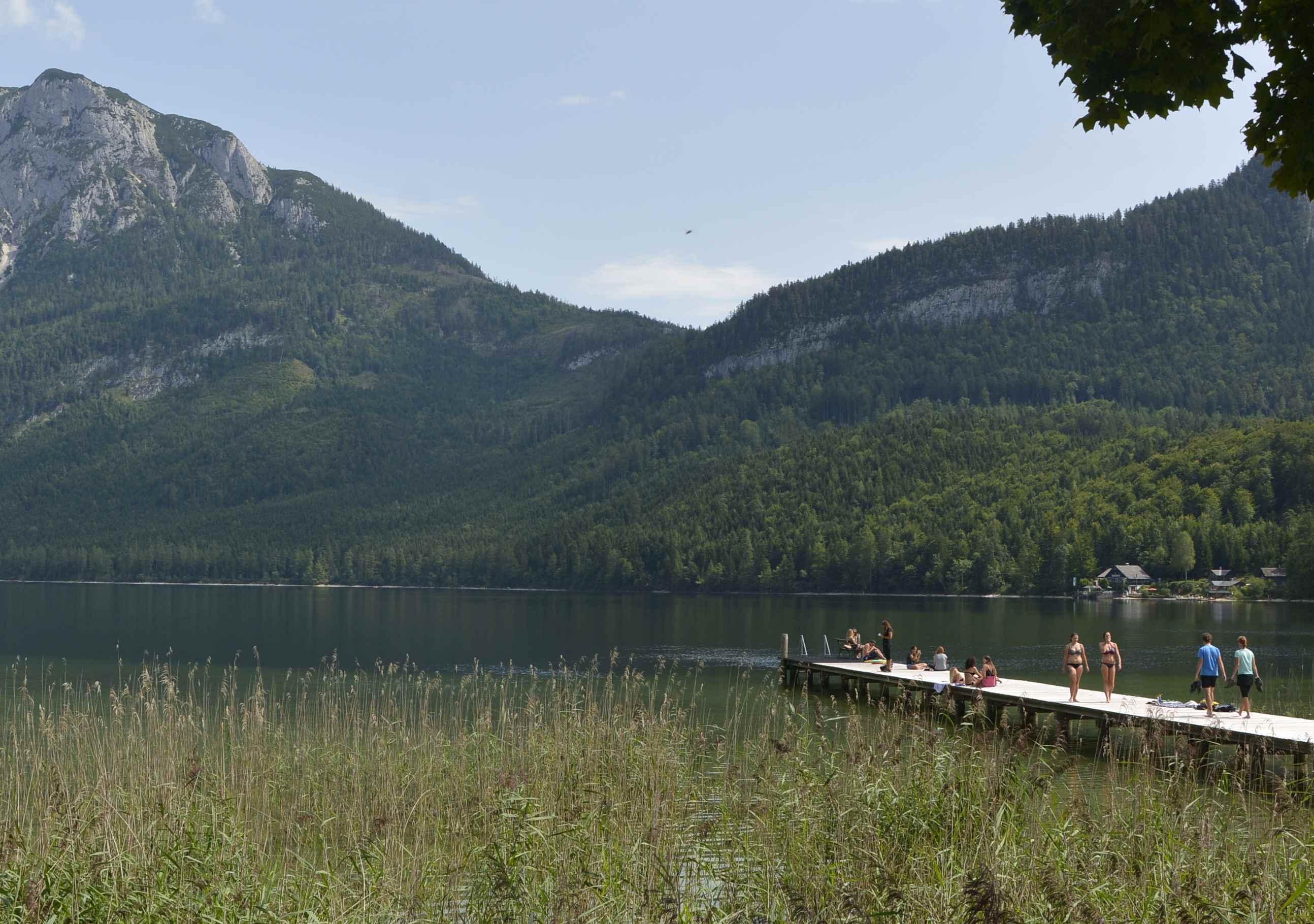 Wir baden direkt in Altaussee, wo es den langen Holzsteg in den See gibt