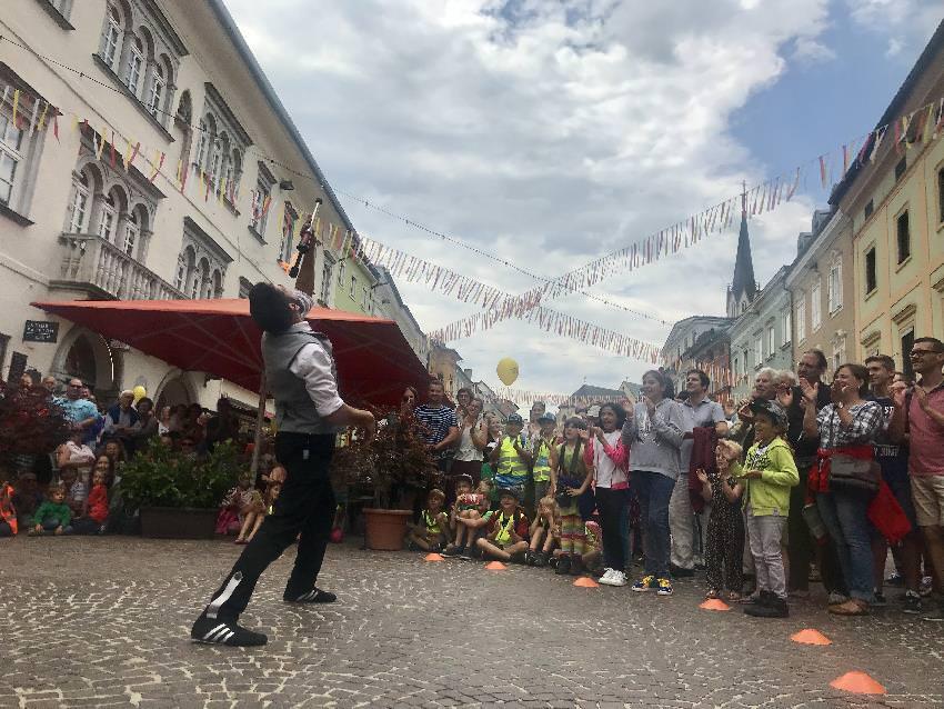 Unterhaltung beim Strassenkunstfestival Villach bei Regen und Sonnenschein