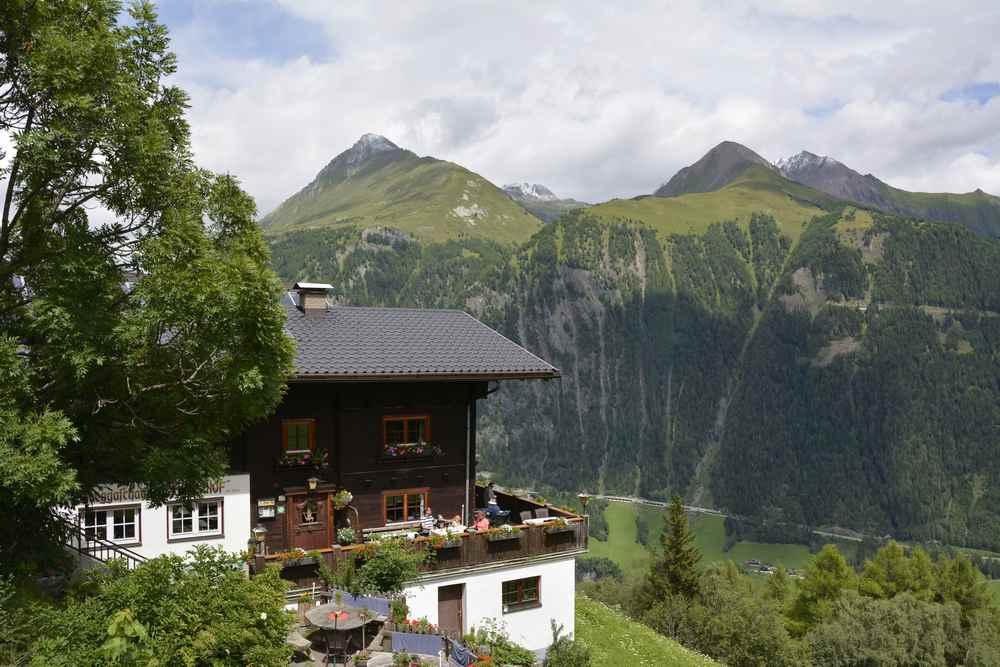 Familienurlaub Osttirol: Das ist der Strumerhof, ein Bergbauernhof, der als Kräutergasthof geführt wird. Hier beginnen auch die Kräuterwanderungen.