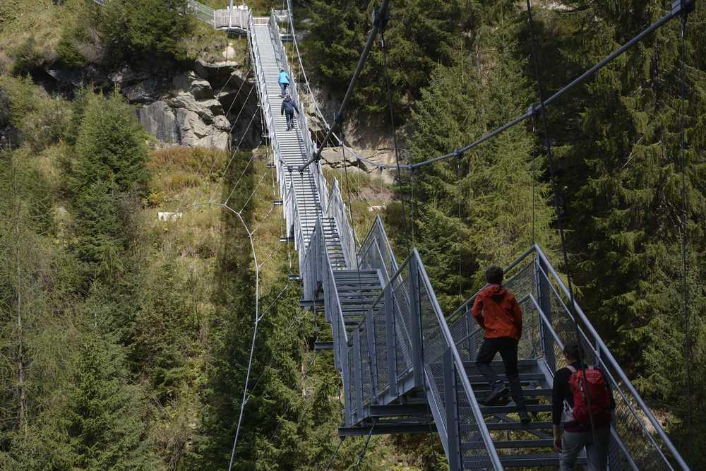 Das ist die Hängebrücke beim Stuibenfall - gut mit Stahlseilen gesichert, aber wackelig