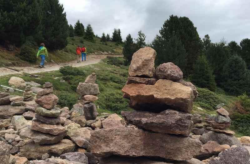 Die Steinmännchen begleiten uns am Höhenweg in Gröden
