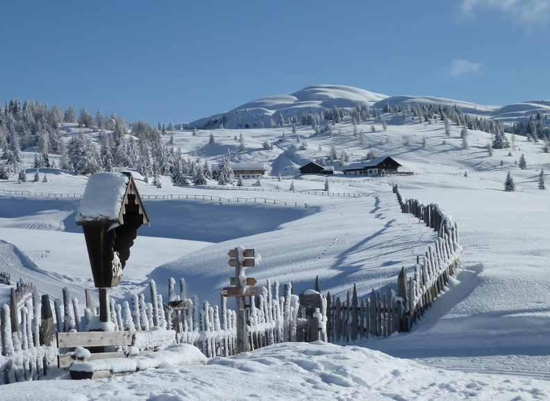 Rodeln Südtirol: Wunderschöne Almen in Südtirol machen das Wintererlebnis perfekt beim rodeln mit Kindern