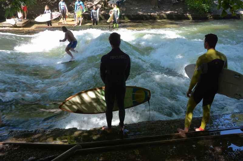 Auch das ist München: Am Eisbach surfen die Münchner im Bereich der Reichenbachbrücke