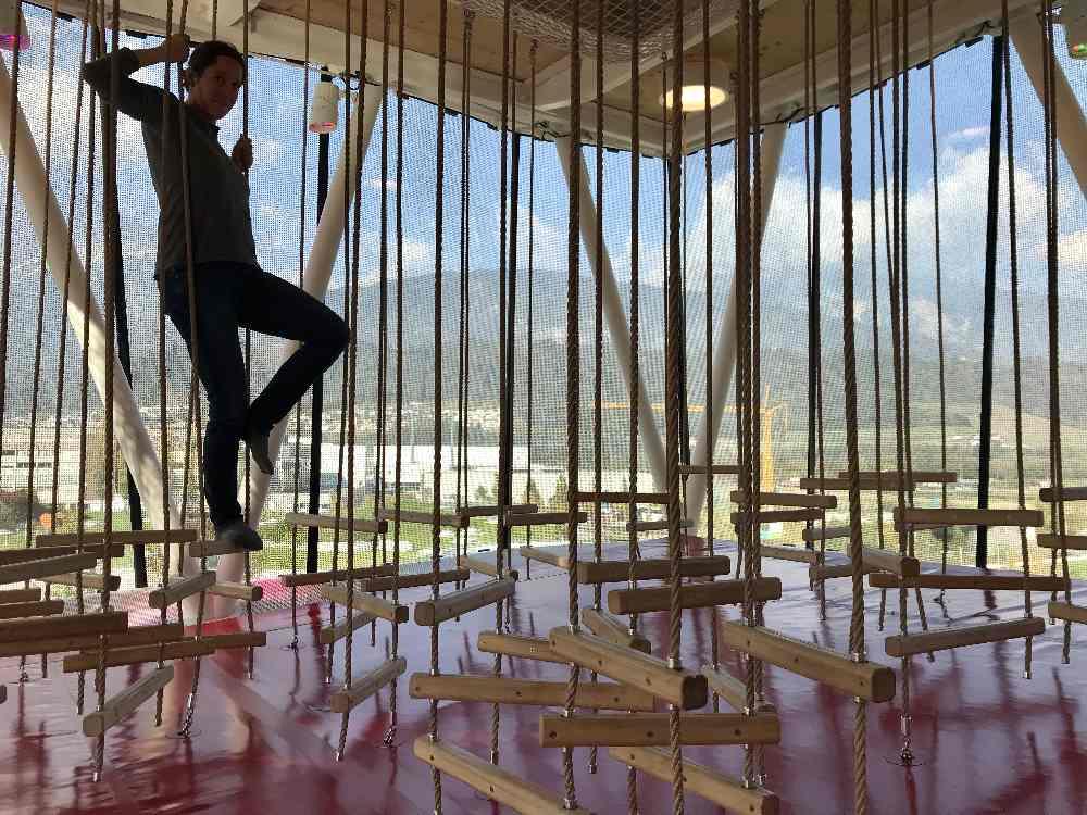 Der Indoorspielplatz hat 4 Ebenen im Spielturm - hier der Niederseilgarten