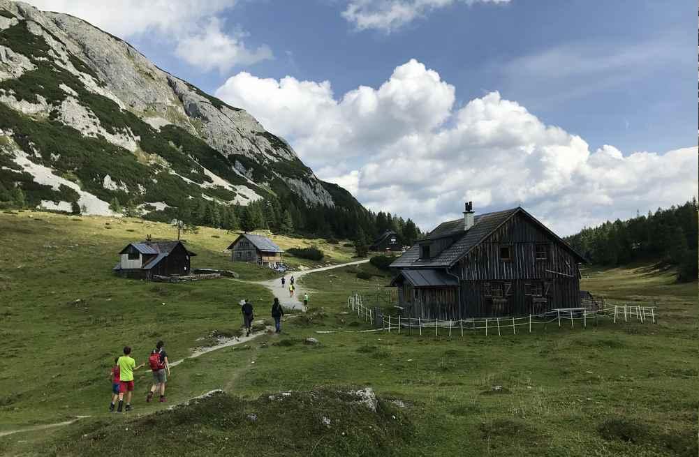 Tauplitz wandern: Zur Grazerhütte an den urigen Almhütten vorbei