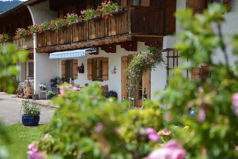 Vom Ufer wandern wir hinauf nach Alt Wiessee, wo noch schöne alte Bauernhäuser zu bewundern sind