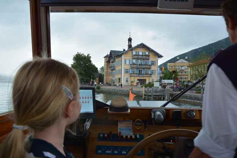 Der Blick aus der Kapitänskabine auf den Ort Tegernsee bei der Schiffahrt mit Kindern in Bayern