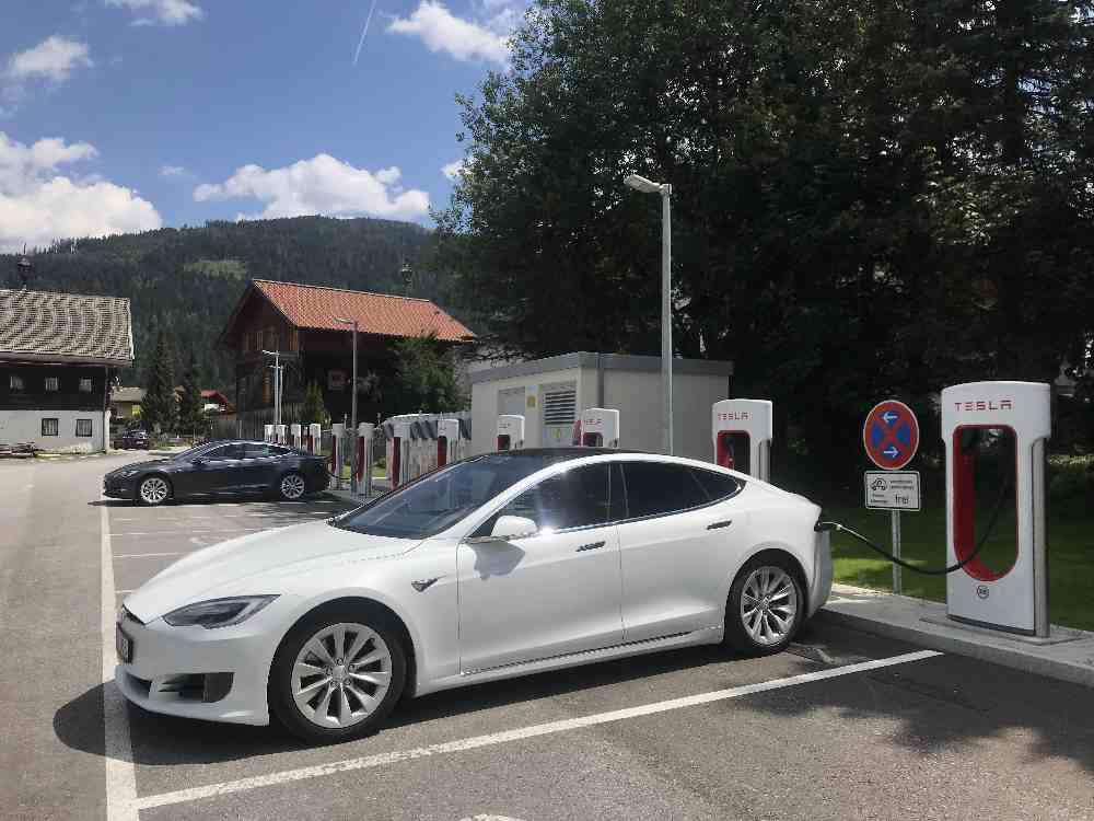 Den Tesla parken und mit den Kindern den Freizeitpark in Flachau besuchen