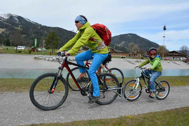 """Follow me Tandemkupplung im Einsatz: Das Kinderrad wird Dank """"Follow me"""" mit dem Erwachsenenrad verbunden"""