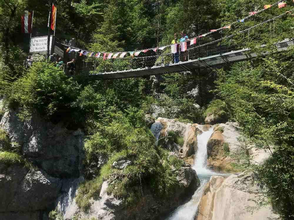 Über die wackelige Teufelsbrücke wandern wir zum riesigen Wasserfall