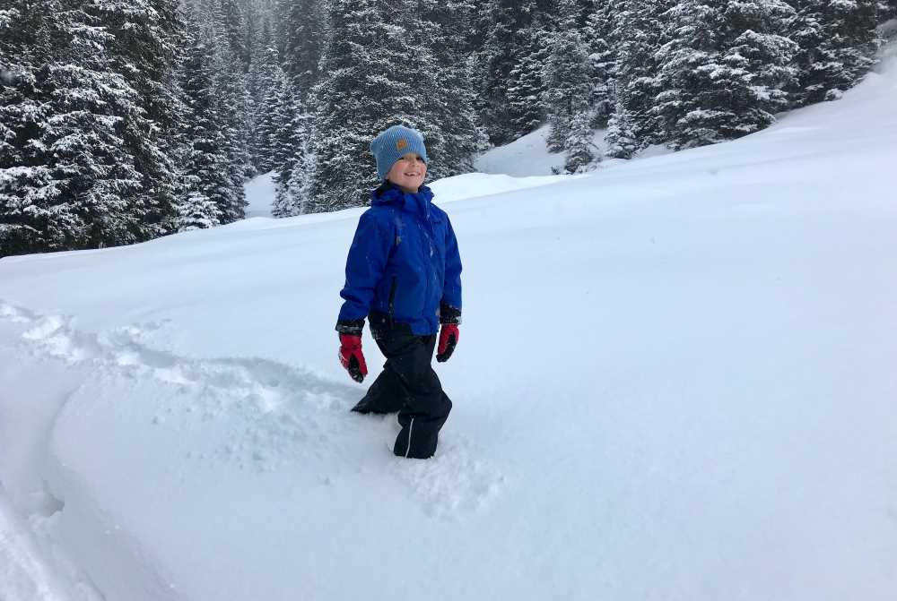 Das findet der Kleine cool: Durch den Tiefschnee waten und im Schnee einsinken