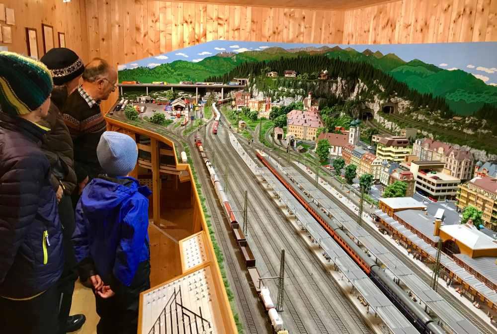 Wir schauen Hanns zu, wie er die Züge steuert