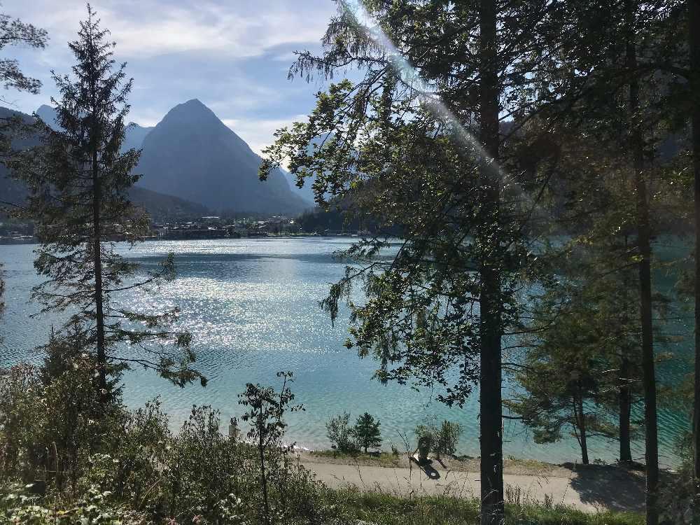 Auf dem Bild siehst du den Weg - hier wanderst du mit dem Kinderwagen am See entlang