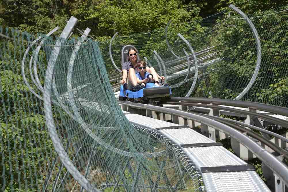 Sommerrodelbahn Zillertal: Auf dem Arena Coaster in Zell am Ziller Abfahrtsspaß für die ganze Familie!