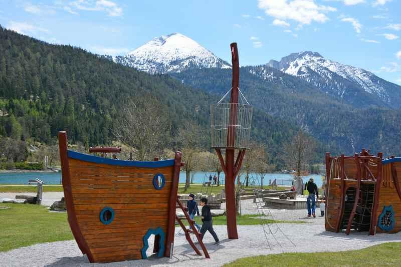 Das ist der Schiffsspielplatz in Achenkirch am Achensee - ein echt toller Spielplatz in Tirol!