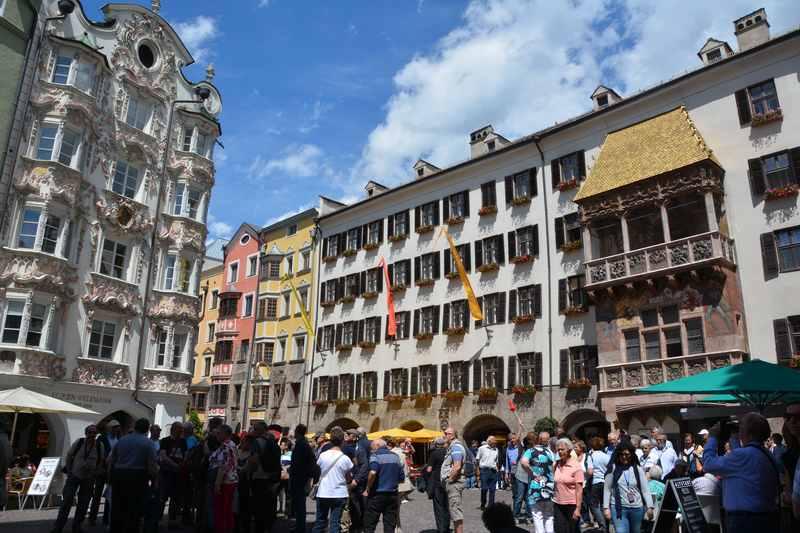 Gehört zu einem Tirolurlaub mit Kindern dazu: Stippvisite in Innsbruck beim bekannten goldenen Dachl.
