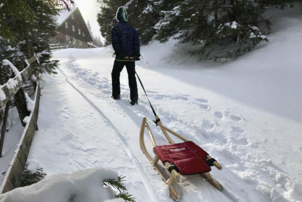 Rodeln Tirol und durch die verschneite Berglandschaft winterwandern