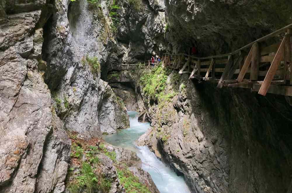 Schattig und angenehm sind die Klammwanderungen in Tirol mit Kindern
