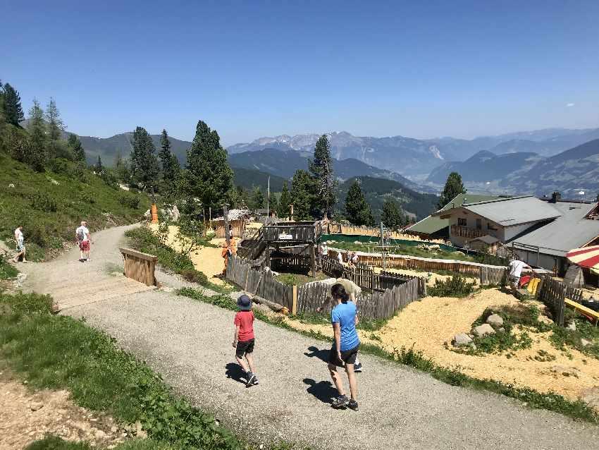 Am Hubertus Wildtierpfad wandern mit Kinderwagen, Zillertal
